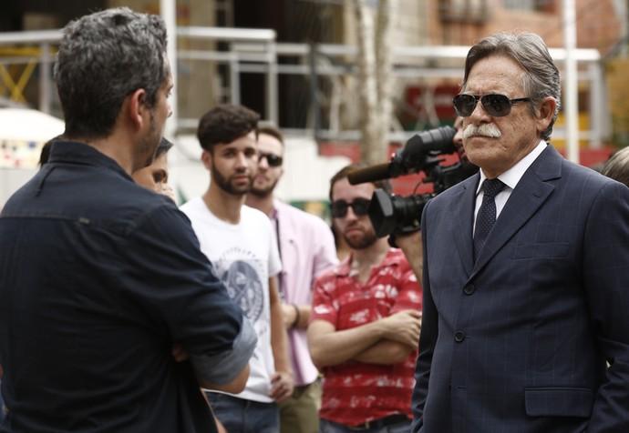 Gibson ameaça a vida de Tóia e do filho que ela espera de Romero se o ex-vereador entregar provas contra a facção para a polícia (Foto: Inácio Moraes / Gshow)