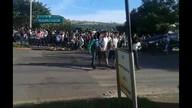 Grevistas impedem alunos de entrar em escola