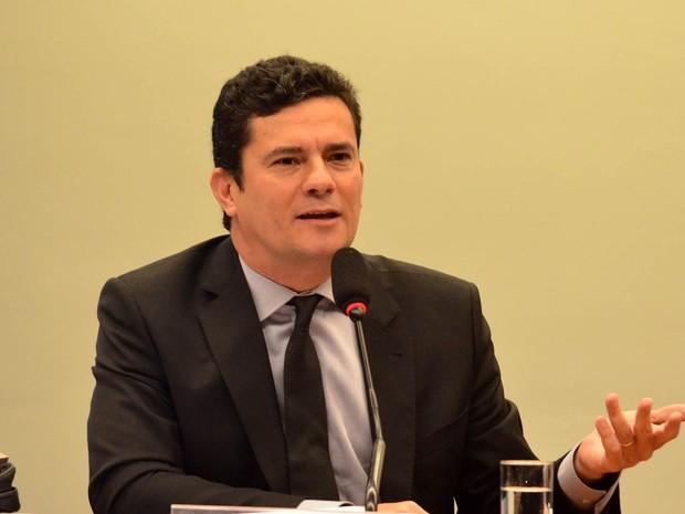 O juiz Sérgio Moro, responsável em primeira instância pela Operação Lava Jato, da Polícia Federal, fala a deputados em reunião da comissão especial que analisa medidas de combate à corrupção (PL 4850/16), na Câmara dos Deputados, em Brasília (Foto: Renato Costa/Framephoto/Estadão Conteúdo)