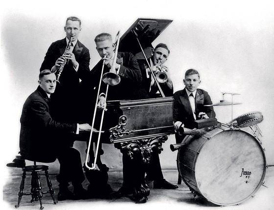 """DIRETO DO GUETO Os músicos da Original Dixieland Jass Band (com """"s"""" mesmo). Eles iniciaram a era do jazz  (Foto: JP Jazz Archive/Redferns)"""