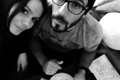 Graziela Schmitt e o namorado, Paulo Leal, em um café em Alfama (Foto: Arquivo pessoal)