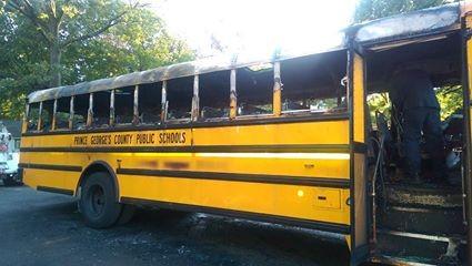O estado do ônibus após o incêndio  (Foto: Reprodução - Facebook)