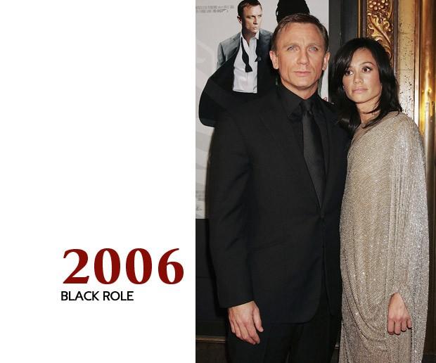 """Nós não sabemos se o que Craig usou na estreia de """"Cassino Royale"""" era bom ou ruim - e é justamente esse o ponto. O ator caiu em um buraco negro do vestuário masculino; um erro que ele teria escapado simplesmente colocando uma camisa branca. Tipo como o pôster atrás dele (Foto: GQ)"""
