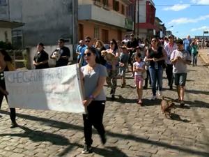 Protesto cachorros gatos cães Bom Jesus, RS Rio Grande do Sul (Foto: Reprodução/RBS TV)