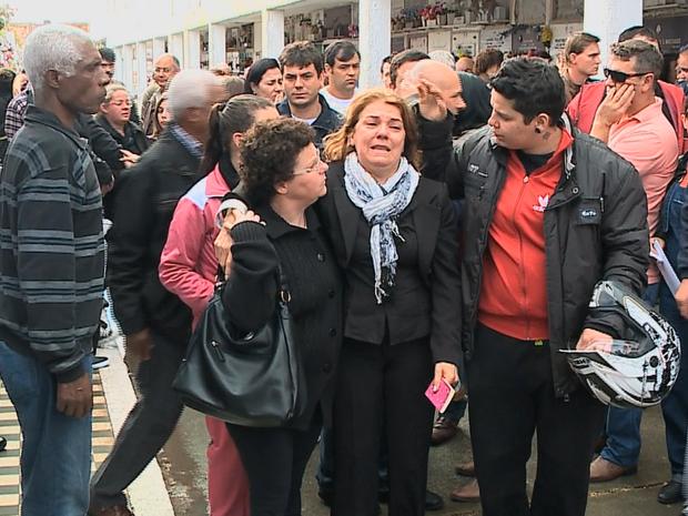 Mãe de Felipe chora durante sepultamento no cemitério em Rio Grande (Foto: Reprodução/RBS TV)