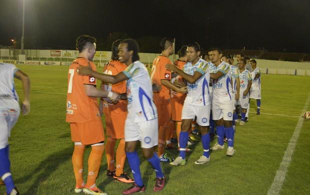 Jogadores de Iguatu e Cobreloa se cumprimentam antes do pontapé inicial (Foto: Wilton Souza/Iguatu.Net)
