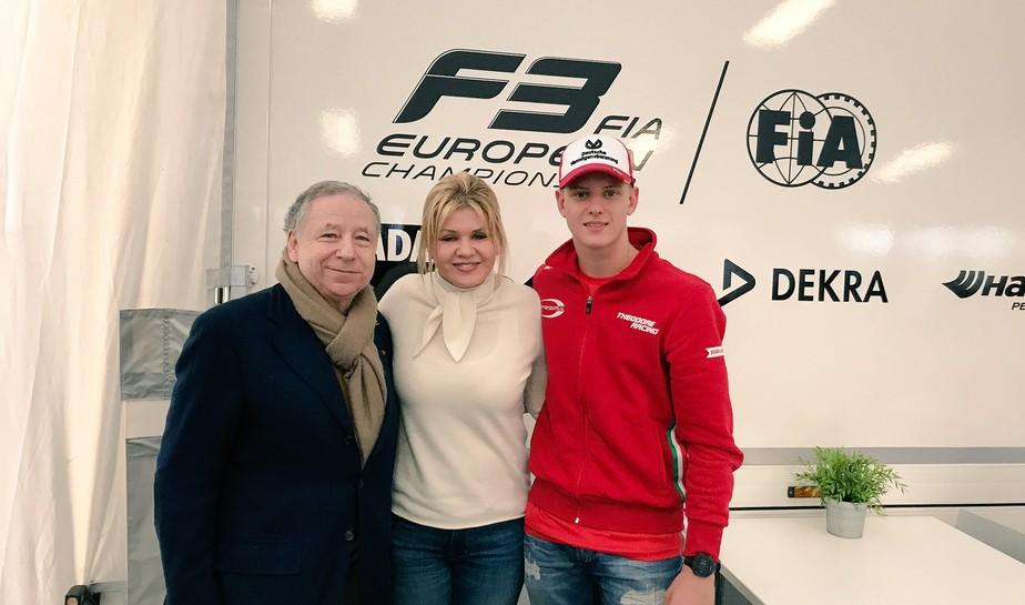 Esposa de Schumacher reaparece em público na estreia do filho na F3