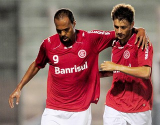 Alecsandro e Rafael Sobis comemoram gol do Internacional (Foto: Luiz Pires / VIPCOMM)