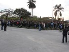 Funcionários atrasam entrada em protesto na Confab em Pinda, SP