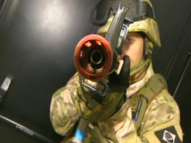 Para vender ou comprar uma arma airsoft, a pessoa precisa ter uma autorização do serviço de fiscalização de produtos controlados do Exército. (Foto: Reprodução/TV Vanguarda)