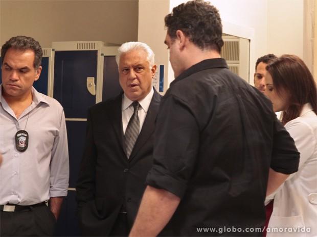 Policial diz a César que suspeita de assassinato (Foto: Amor à Vida / TV Globo)