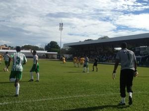 Jogadores do Tec reclamam do pênalti marcado na partida contra o Interporto (Foto: Vilma Nascimento/GloboEsporte.com)