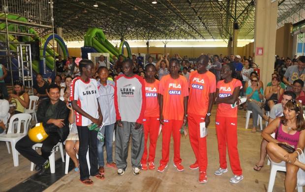 Quenianos receberam boas-vindas de outros inscritos na prova. (Foto: Gabriela Pavão/ G1 MS)