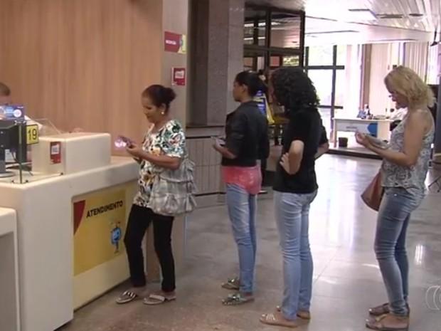 População pode retirar kits de  TV digital nas agências dos Correios, em Goiás (Foto: Reprodução/TV Anhanguera)