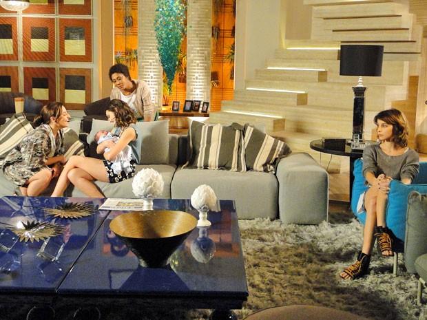 Ariela adora ver o filho nos braços de Cida. Mas, Isadora odeia (Foto: Cheias de Charme / TV Globo)
