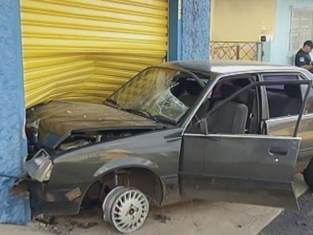 Suspeito bateu o carro em uma loja ao tentar fugir da polícia  (Foto: Reprodução / TV TEM)