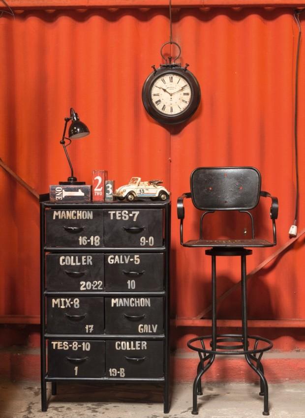 Cômoda Coller, de ferro, 0,62 x 1,06 x 0,38 m, R$ 4.363. Banqueta Paris, de ferro, 47 x 80 x 47 cm, R$ 1.458 (Foto: Alexandre Disaro /  Editora Globo)
