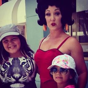 Aysha e Pyetra, filhas de Simony, em Orlando, nos Estados Unidos (Foto: Instagram/ Reprodução)