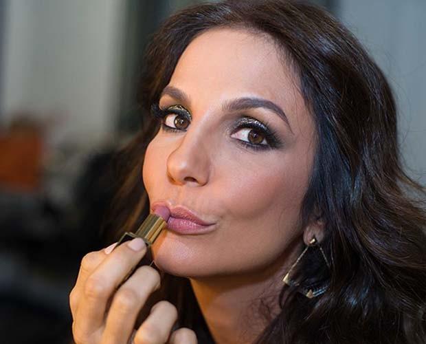 Ivete faz graça na hora de passar batom  (Foto: Camila Serejo/TV Globo)