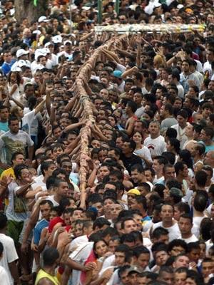 Fiéis puxam a corda do Círio durante procissão pelas ruas de Belém do Pará (Foto: Raimundo Paccó/Rádio Caçula/Estadão Conteúdo)