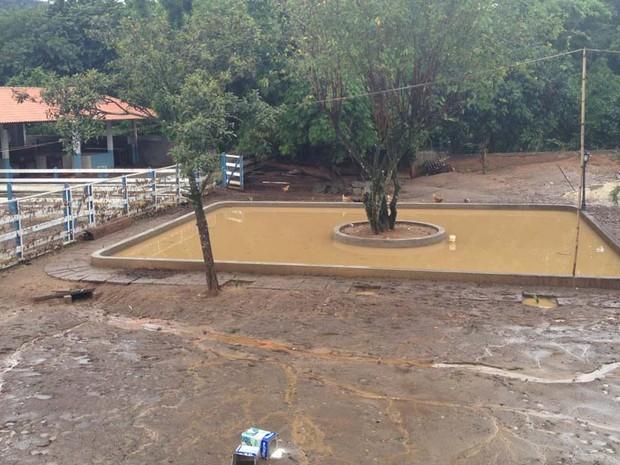 Sítio de Zeca Pagodinho ficou coberto de lama após chuva em Xerém, em Duque de Caxias, na Baixada Fluminense (Foto: Renata Soares/G1)