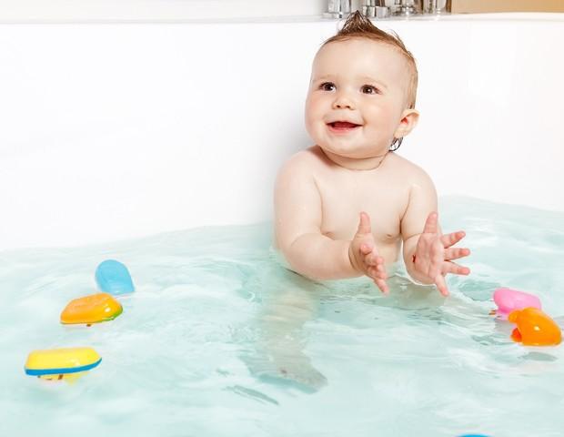 Na banheira, o bebê se refresca e se diverte  (Foto: Thinkstock)