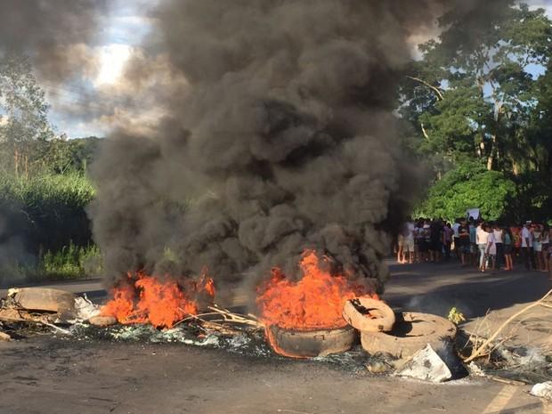 Manifestantes queimam pneus e fecham GO-060 por uma hora pedindo segurança Claudinápolis Goiás (Foto: Francielle Fernandes/Arquivo pessoal)