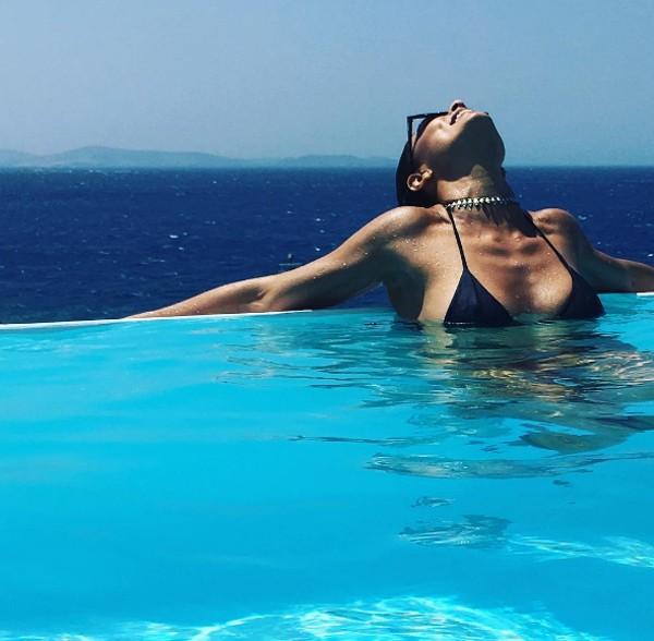 De férias na Grécia, Julana Paes relaxa na piscina  (Foto: Reprodução / Instagram)