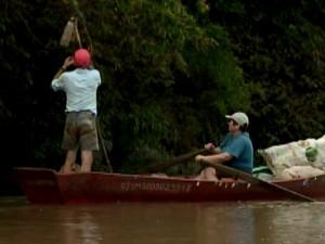Voluntários retiraram lixo do Rio Uruguai (Foto: Reprodução/RBS TV)
