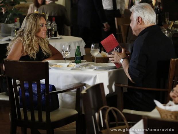 Pilar diz que vai rir muito quando César sair da presidência do hospital (Foto: Amor à Vida / TV Globo)