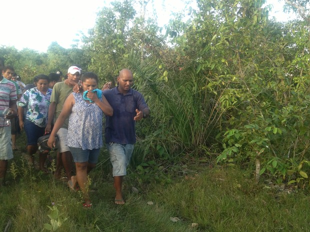 Os pais de Kely foram ao local, onde o corpo foi encontrado  (Foto: Jesana de Jesus/G1)