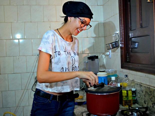 Cecília sempre gostou de cozinhar e após um curso de gastronomia decidiu, com o apoio da tia, investir nas pipocas com sabores diferenciados (Foto: Quésia Melo/G1)