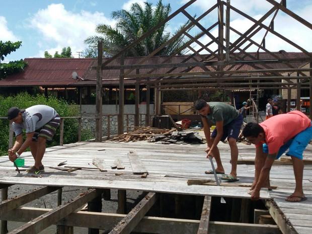 Cerca de 50 mil telhas e quase 80 toneladas de madeiramento devem ser removidos pelos donos do bares, segundo levantamento da associação (Foto: Othacya Lopes/Jornal da Paraíba)