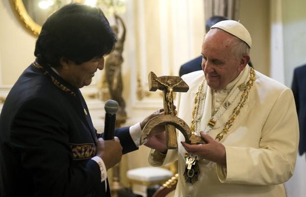 Presidente boliviano, Evo Morales, presenteou o Papa Francisco com um crucifixo de madeira com formato da cruz e machado, símbolo comunista da união de operários com camponeses, em La Paz, nesta quinta (9) (Foto: Osservatore Romano/Reuters)
