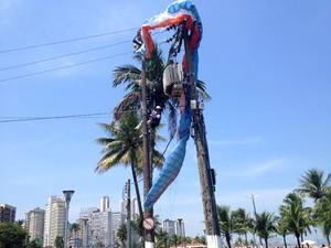 Piloto de parapente preso em poste de São Vicente, SP (Foto: Cristiane Amaral/TV Tribuna)