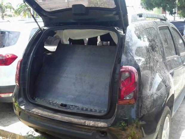 Quatro dos veículos apreendidos tinham chapa de ferro, para proteção em caso de tiroteio (Foto: Leandro Silva/TV Verdes Mares)