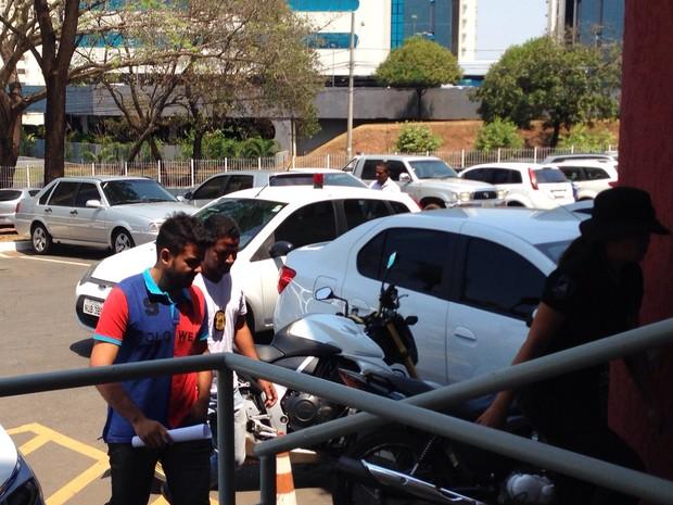 Joilton Gusmão chegou a delegacia acompanhado por policiais (Foto: Leandro Nascimento/ TVCA)