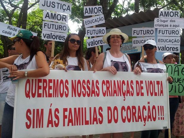 Mães adotivas de crianças da Bahia protestam pela volta dos filhos a Campinas e Indaiatuba (Foto: Marcello Carvalho / G1)