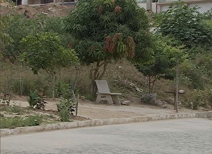 Área que deveria abrigar praça acumula metralha e mato alto (Foto: Reprodução/ TV Asa Branca)