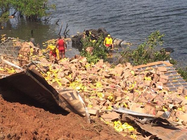 Carga ficou espalhada às margens do Rio Guarapes (Foto: Matheus Magalhães/Inter TV Cabugi)