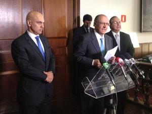 O governador Geraldo Alckmin anuncia Alexandre de Moraes (à esq.) como novo secretário da segurança. Fernando Grella (à dir.) deixa o cargo. (Foto: Márcio Pinho/G1)