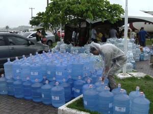 Água potável é um dos principais ítens para a doação de afetados pela chuva no Espírito Santo. (Foto: Reprodução/TV Gazeta)