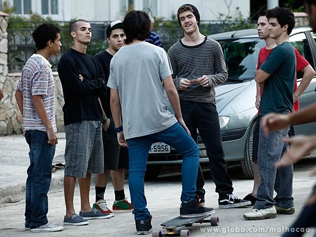 Sidney desafia Júnior para um racha de skate (Foto: Malhação / TV Globo)