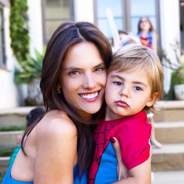 Alessandra Ambrósio com o filho, Noah (Foto: Reprodução/Instagram)