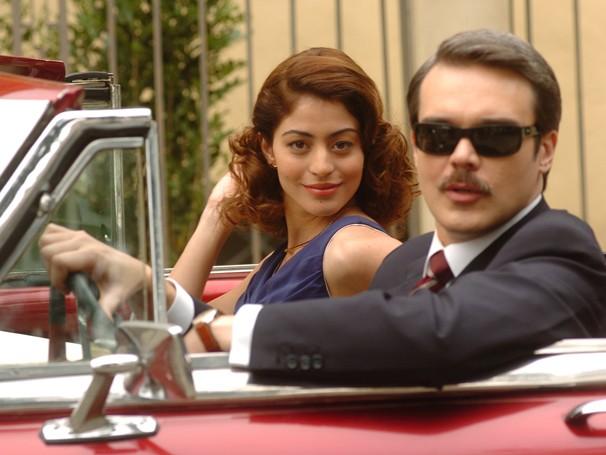 Ruth (Carol Castro) vai ao encontro do rico pretendente, Clóvis (Dalton Vigh) (Foto: Divulgação/ TV Globo)