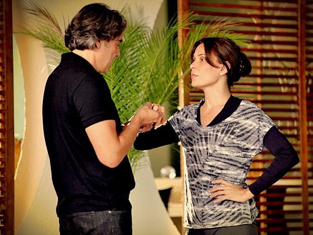 Cadinho tenta comprar Alexia com uma joia, mas ela ameaça desmascará-lo para as duas mulheres (Foto: Avenida Brasil/ TV Globo)