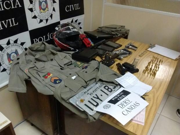 Uniformes da BM recolhidos em Cachoeirinha, RS (Foto: Divulgação/Polícia Civil)