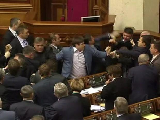 Deputados ucranianos entram em quebra-quebra durante sessão do congresso (Foto: Reprodução/BBC)