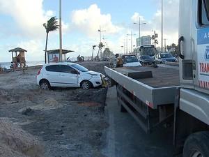 Carro na capota na orla de Salvador (Foto: Reprodução/TV Bahia)