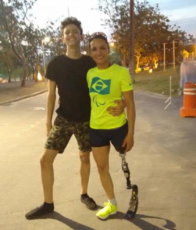 Marinalva ao lado do filho nas Paralimpíadas (Foto: arquivo pessoal)
